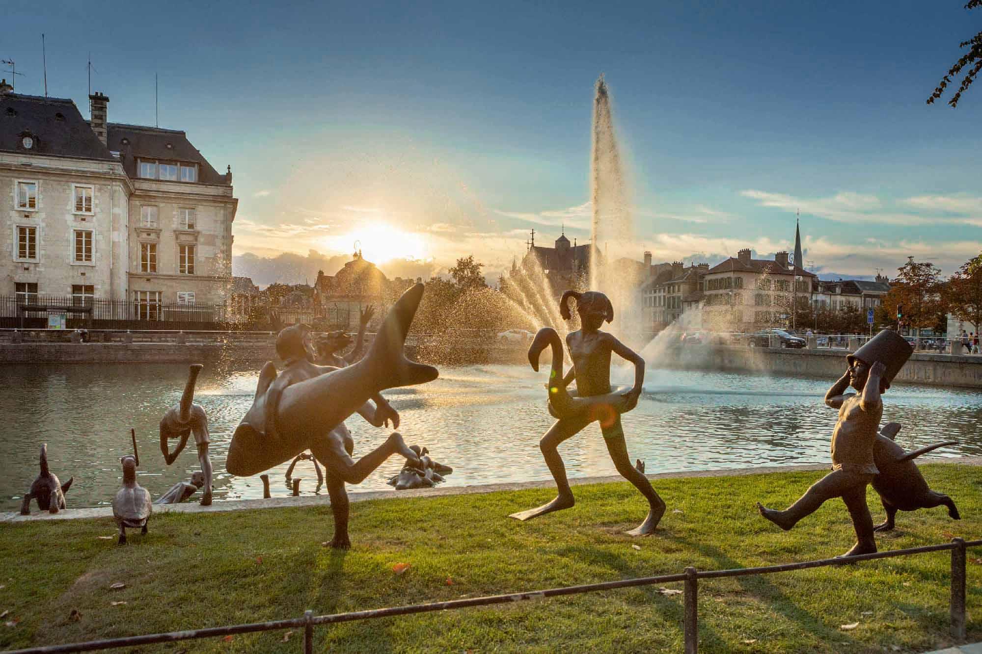 La ribambelle joyeuse, œuvre en bronze de l'artiste belge Tom Frantzen, sur le quai La Fontaine à Troyes.